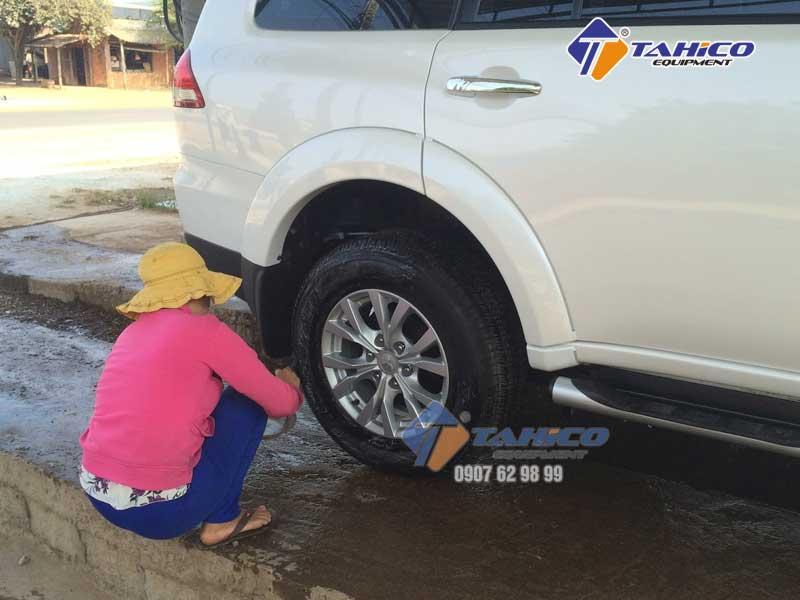 Làm bóng vỏ và đen lốp giúp lốp xe như mới